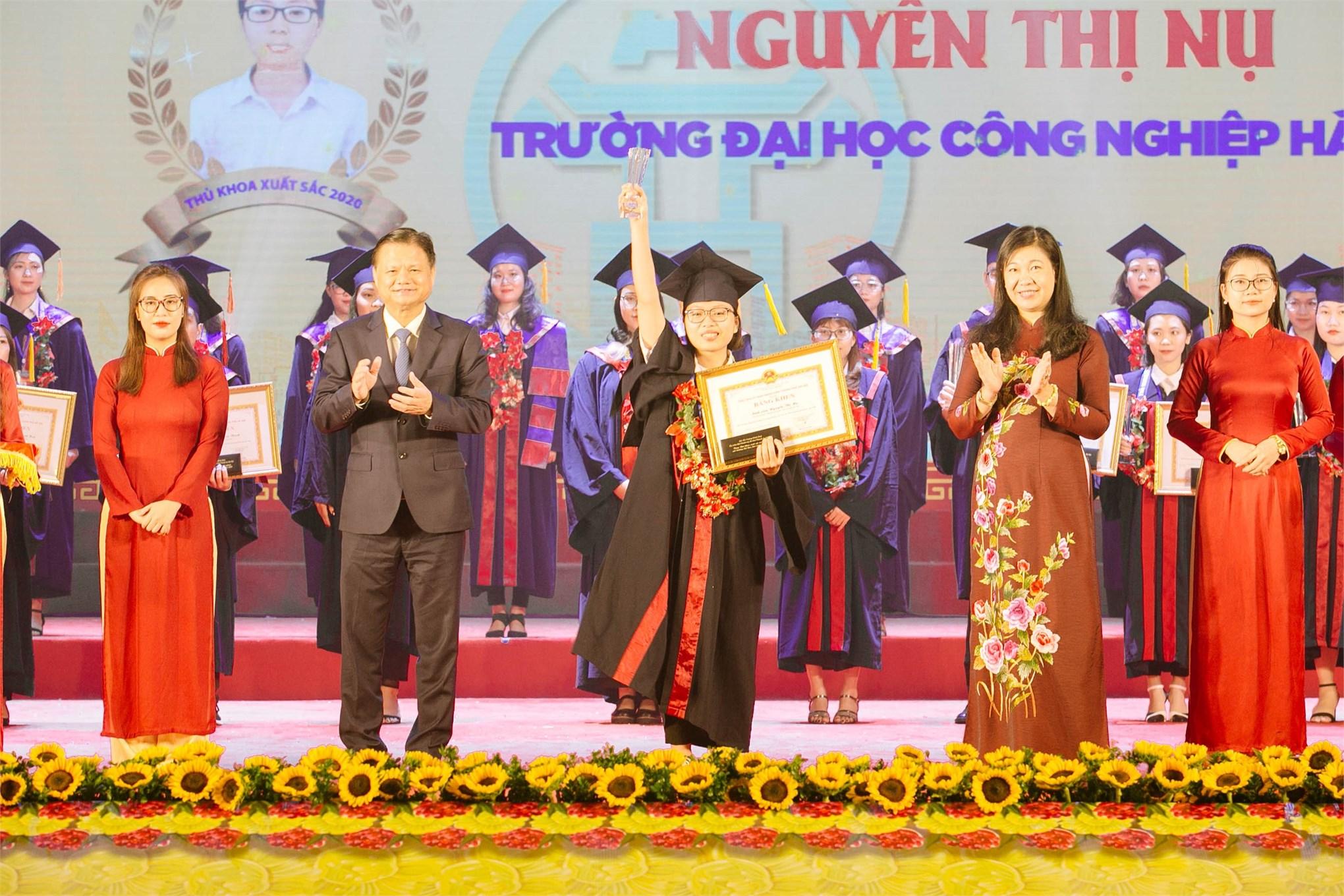 2 Thủ khoa tốt nghiệp trường Đại học Công nghiệp Hà Nội năm 2020 được Thành phố Hà Nội vinh danh