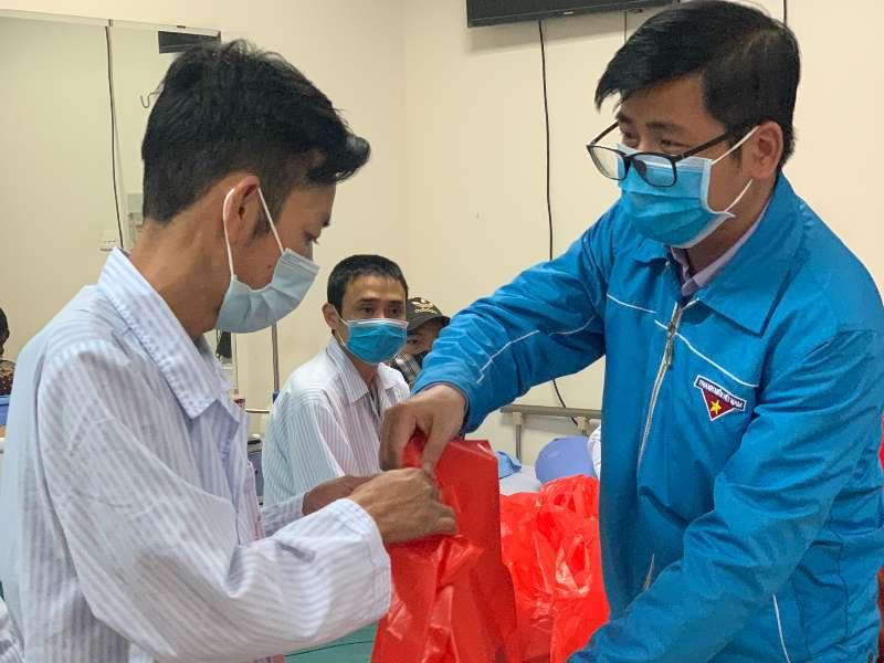 Đoàn Thanh niên – Hội Sinh viên Trường Đại học Công nghiệp Hà Nội thăm và tặng quà bệnh nhân tại Viện Huyết học - Truyền máu Trung ương
